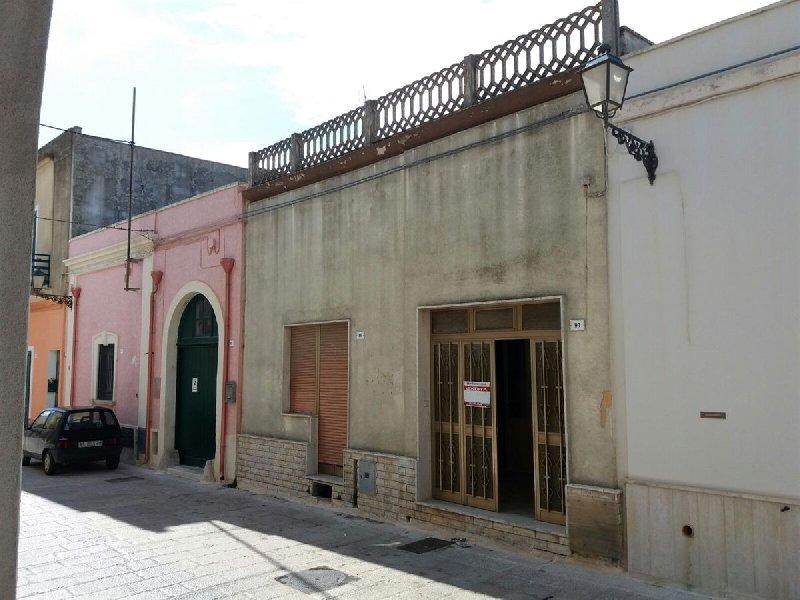 Soluzione Indipendente in vendita a Acquarica del Capo, 7 locali, prezzo € 95.000 | CambioCasa.it