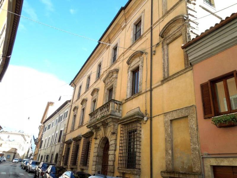 Appartamento in vendita a Rieti, 6 locali, prezzo € 295.000 | CambioCasa.it